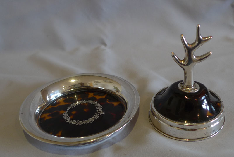 Silver and tortoiseshell silver pique jewel dish and a ring stand.
