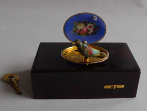 Singing bird box by Rochat in tortoiseshell, enamel and gold, fusee movement no. 160.