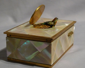 Singing bird box in mother of pearl and gilt bronze.